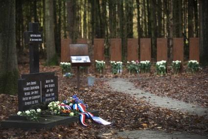 Onthulling verzetsgraf en crematorium